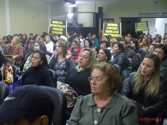 Profissionais da educação fazem protesto na Câmara
