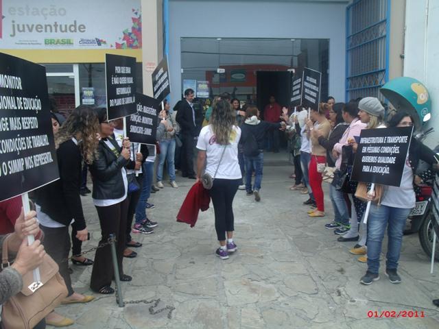 Profissionais da educação acompanham negociação da campanha salarial
